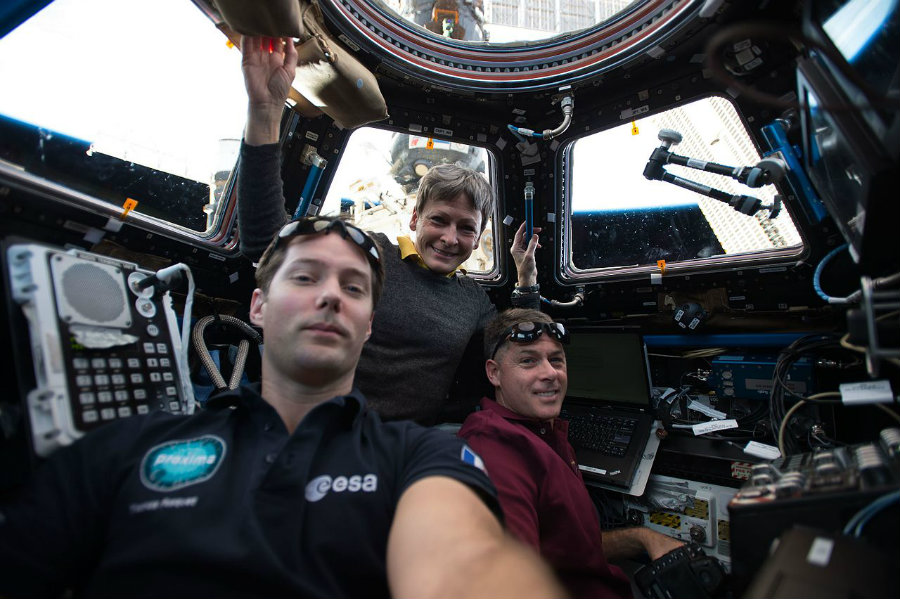 Astronauts Thomas Pesquet (left) and Shane Kimbrough (right), along with Peggy Whitson. Image credit: NASA / Wikimedia Commons