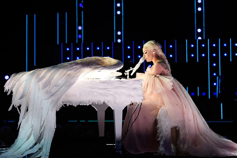Kesha performance of single Praying, Lorde nominated but won nothing, Artists wearing white roses to support women movements